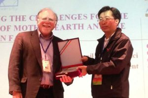 Dr. Larry Hufford receives an award in Taiwan